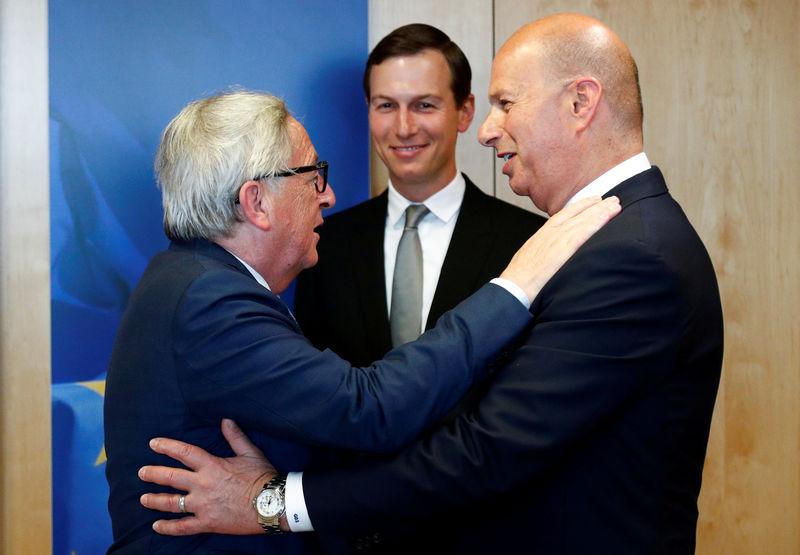 © Reuters. FILE PHOTO: EU Commission President Juncker greets U.S. Ambassador to the EU Sondland next to White House senior adviser Kushner in Brussels