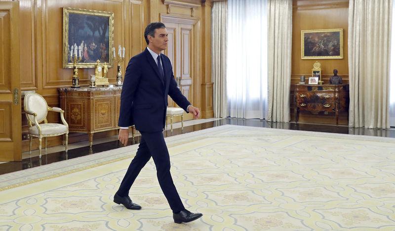 © Reuters. Spain's acting PM Sanchez arrives to meet King Felipe before their meeting in Madrid