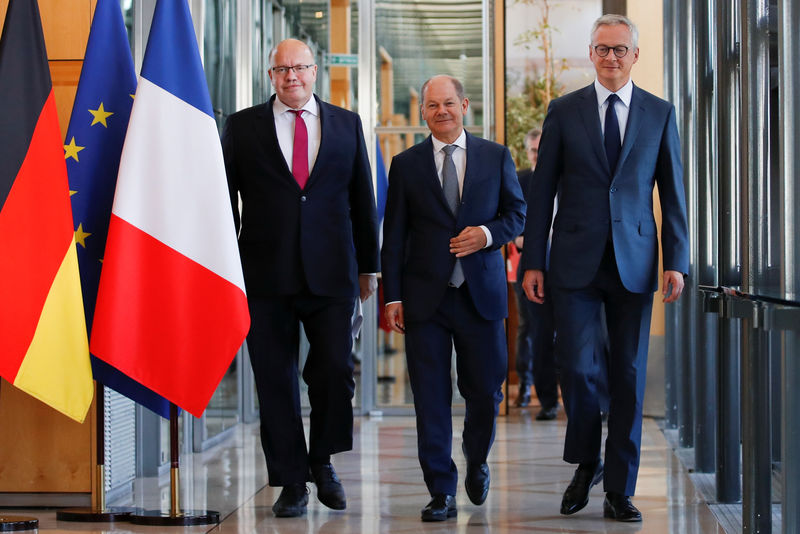 © Reuters. French Finance Minister Bruno Le Maire, German Economy Minister Peter Altmaier and German Finance Minister Olaf Scholz arrive to attend a joint news conference after a meeting in Paris