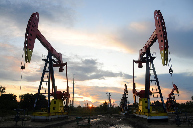 © Reuters. Pumpjacks are seen during sunset at the Daqing oil field in Heilongjiang