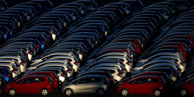 © Reuters. Newly manufactured cars await export at port in Yokohama