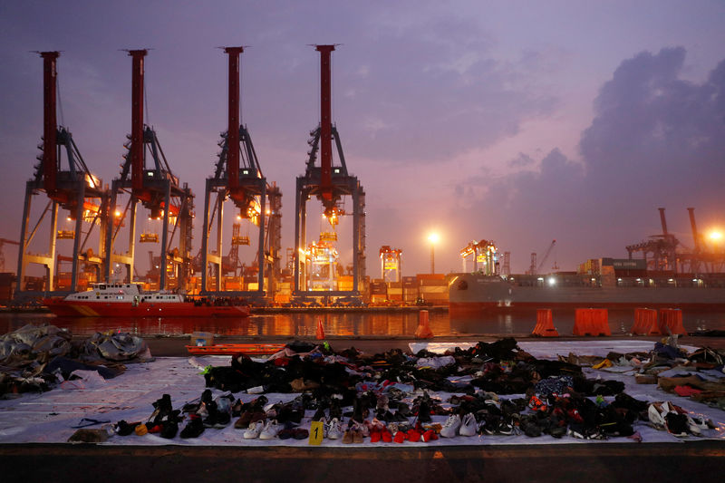 © Reuters. Recovered belongings believed to be from the crashed Lion Air flight JT610 are laid out at Tanjung Priok port in Jakarta