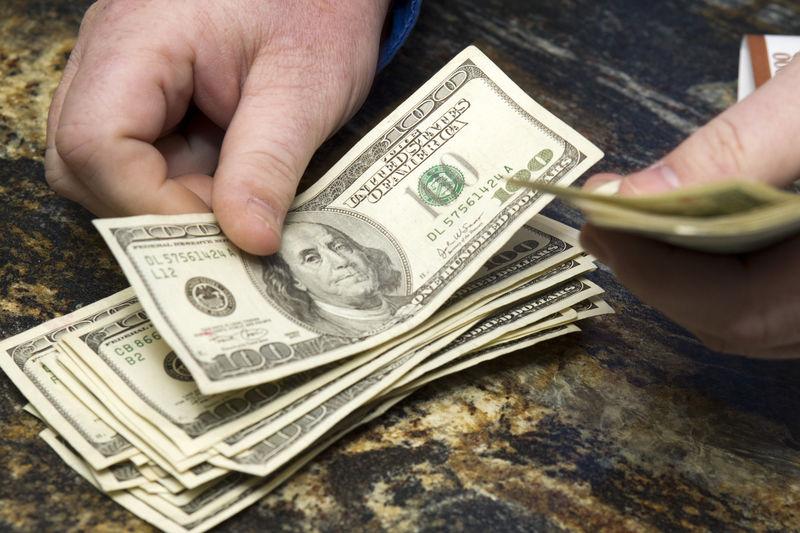 © Reuters. Una serie di banconote da 100 dollari statunitensi