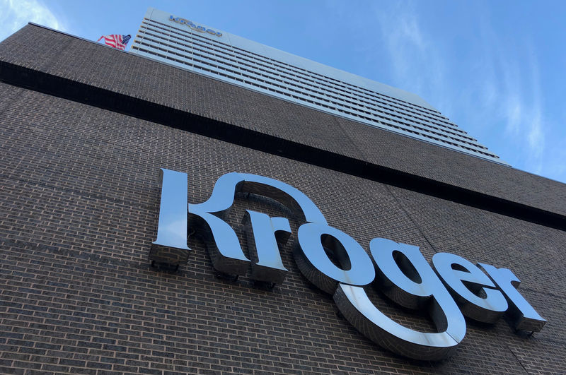 © Reuters. FILE PHOTO: The Kroger supermarket chain's headquarters is shown in Cincinnati
