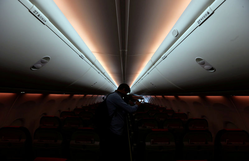 © Reuters. FILE PHOTO: A man takes pictures inside a Norwegian Air Boeing 737-800 during the presentation of Norwegian Air first low cost transatlantic flight service from Argentina at Ezeiza airport in Buenos Aires