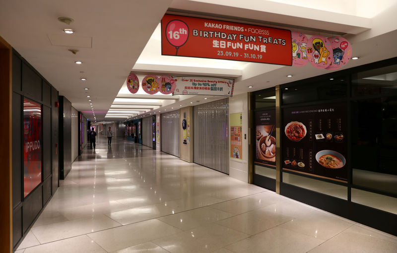 © Reuters. FILE PHOTO: Closed stores are seen inside a shopping mall in Admiralty district, in Hong Kong