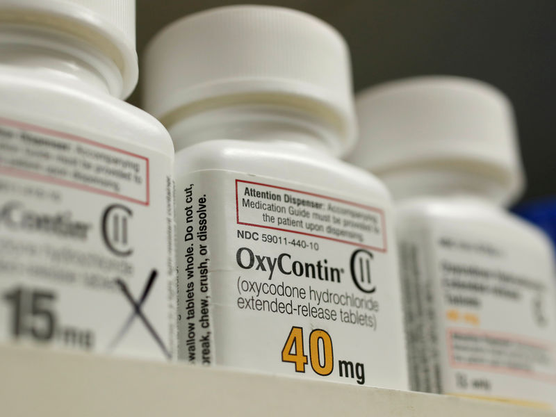 © Reuters. FILE PHOTO: Bottles of prescription painkiller OxyContin, 40mg pills, made by Purdue Pharma L.D. sit on a shelf at a local pharmacy in Provo