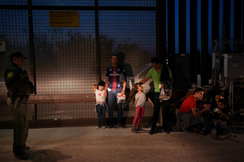 © Reuters. FILE PHOTO: Migrant families from Honduras turn themselves to U.S. Border Patrol to seek asylum following an illegal crossing of the Rio Grande in Hidalgo