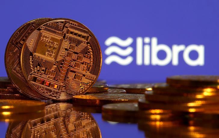 © Reuters. Foto de archivo de una representación de una criptomoneda junto al logo de Libra