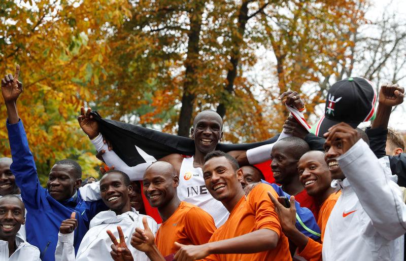 © Reuters. Eliud Kipchoge, the marathon world record holder from Kenya, attempts to run a marathon in under two hours in Vienna