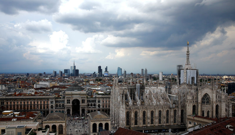 © Reuters. FILE PHOTO: Duomo's cathedral and Porta Nuova's financial district are seen in Milan