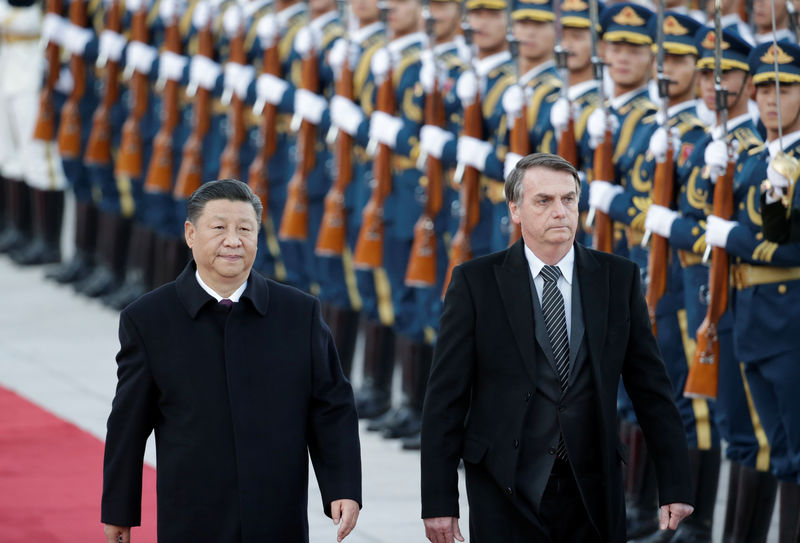 © Reuters. Chinese President Xi Jinping and Brazilian President Jair Bolsonaro attend a welcoming ceremony in Beijing