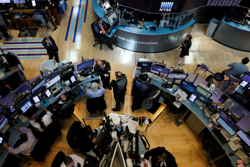© Reuters. Traders work on the floor of the NYSE in New York City