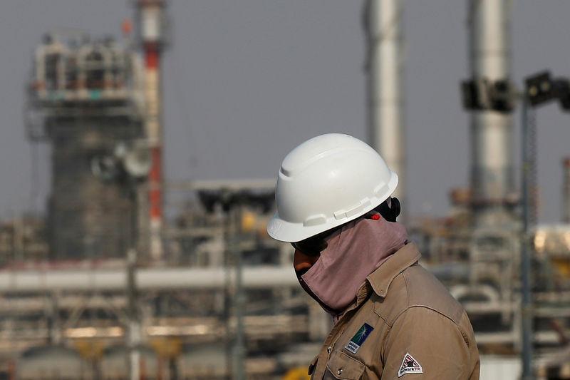 © Reuters. FILE PHOTO: FILE PHOTO: An employee looks on at Saudi Aramco oil facility in Abqaiq