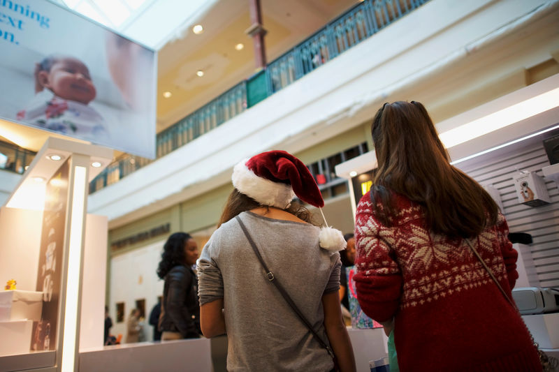 © Reuters. A shopper wears a Santa Claus hat at the King of Prussia Mall, United States' largest retail shopping space, in King of Prussia