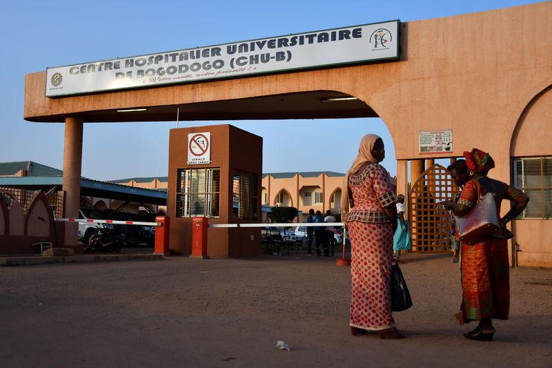 © Reuters. Women stand outside Bogodogo hospital in Ouagadougou
