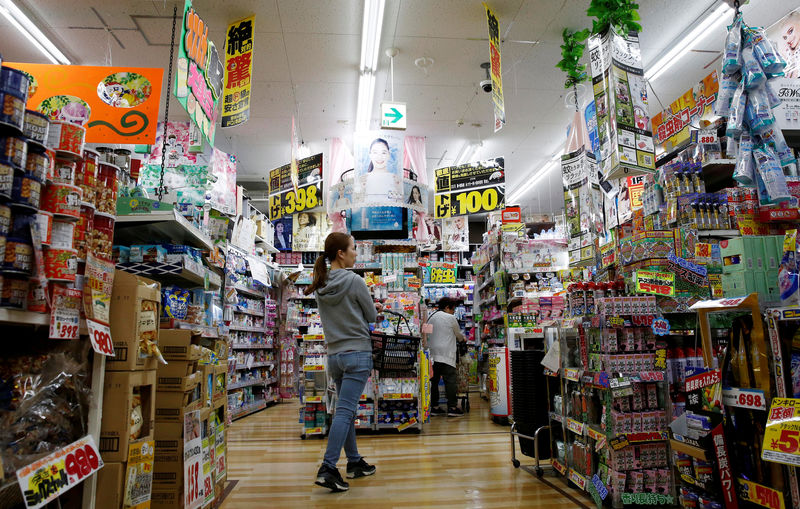 © Reuters. FILE PHOTO: Shoppers browse products at Japanese discount retailer Don Quijote Holdings' store in Tokyo