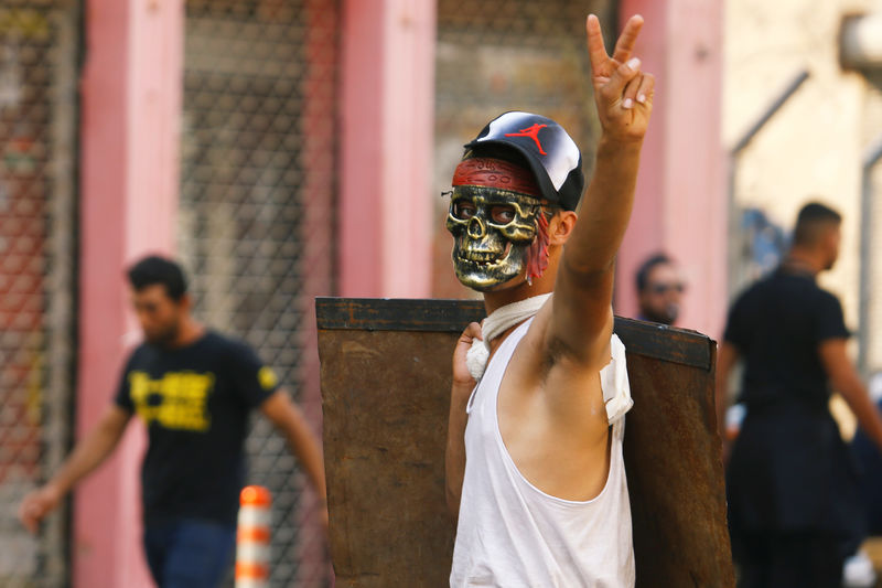 © Reuters. A demonstrator gestures during the ongoing anti-government protests in Baghdad