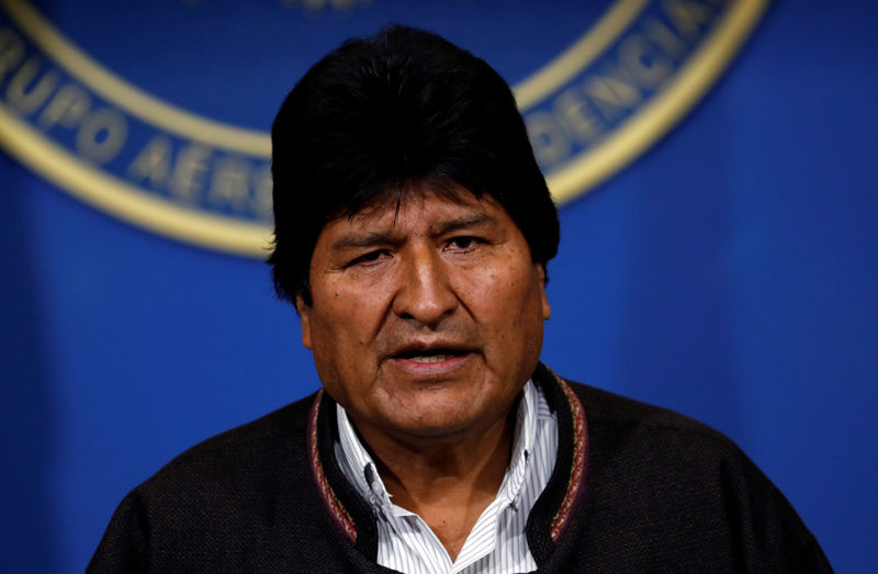 © Reuters. Bolivia's President Evo Morales addresses the media at the presidential hangar in the Bolivian Air Force terminal in El Alto
