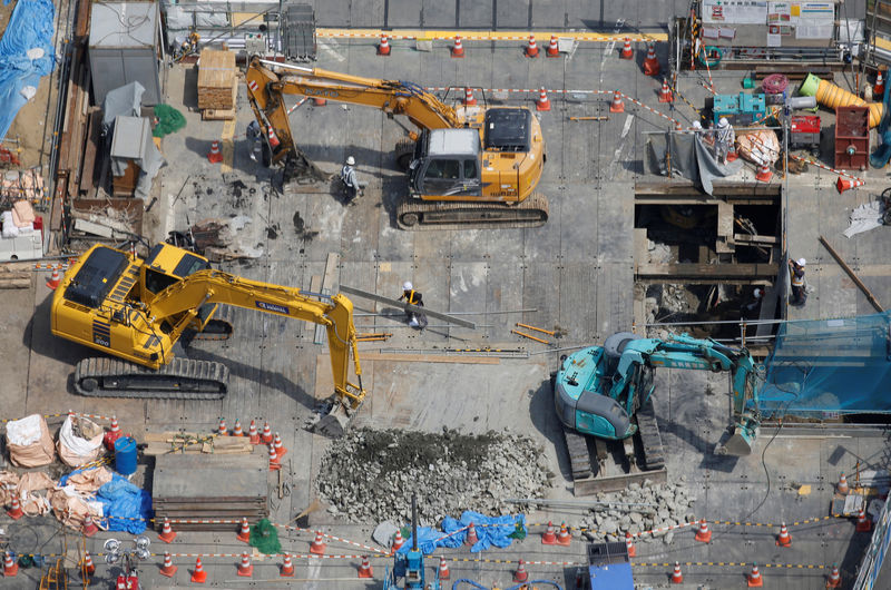 © Reuters. FILE PHOTO: Heavy machinery is seen at a construction site in Tokyo