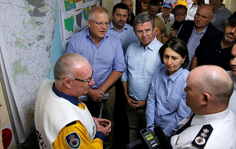 © Reuters. Australia's Prime Minister Scott Morrison and New South Wales Premier Gladys Berejiklian receive briefing on the fires at Mid North Coast Fire Control Centre in Wauchope