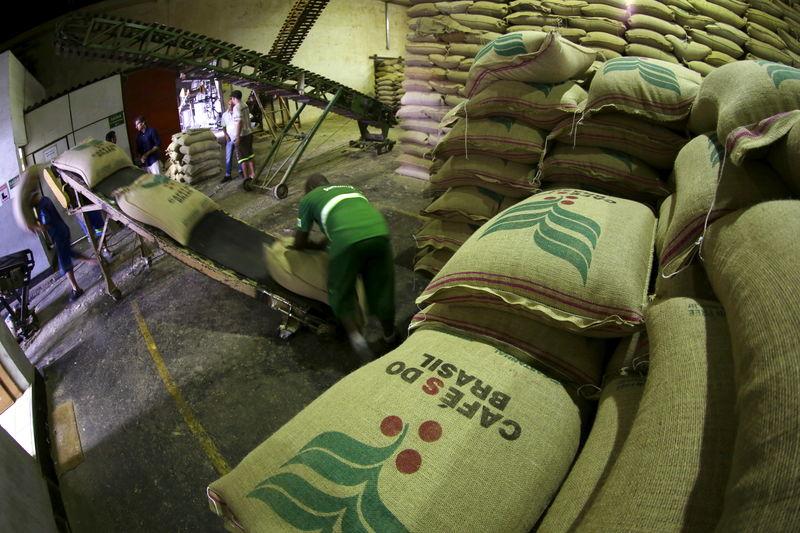 © Reuters. Trabalhadores em meio a sacas de café para exportação no porto de Santos (SP)