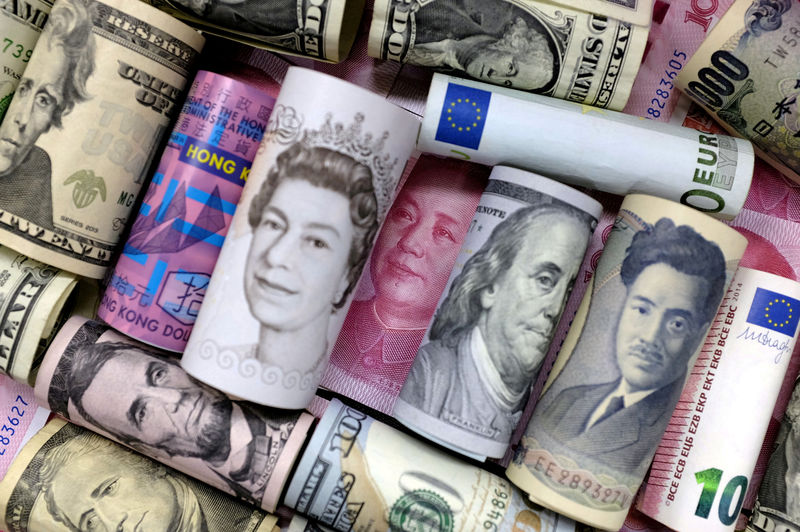 © Reuters. FILE PHOTO: Euro, Hong Kong dollar, U.S. dollar, Japanese yen, pound and Chinese 100 yuan banknotes are seen in this picture illustration