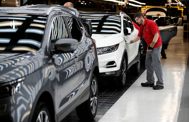 © Reuters. FILE PHOTO: Workers are seen on the production line at Nissan's car plant in Sunderland Britain