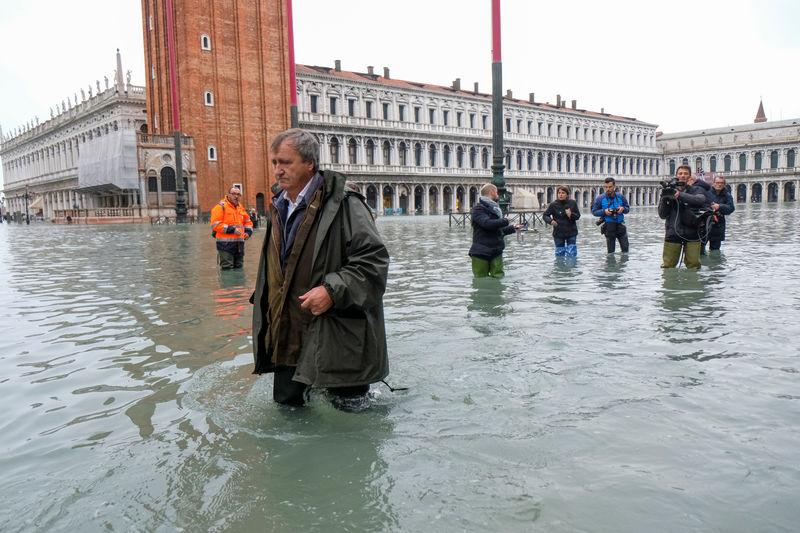 © Reuters. فيضانات كارثية تجتاح البندقية الإيطالية ورئيس المدينة يلوم تغير المناخ