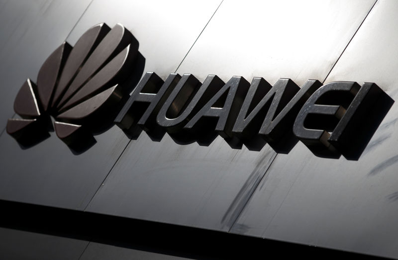 © Reuters. The Huawei brand logo is seen above a store of the telecoms equipment maker in Beijing