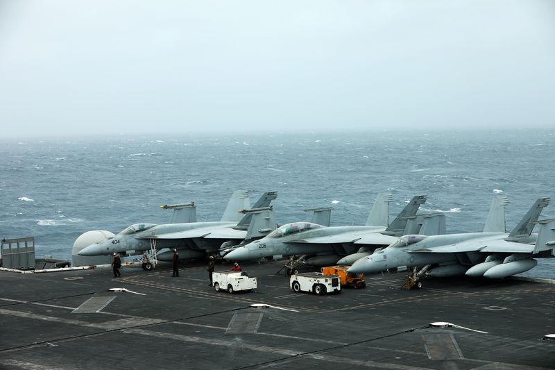 © Reuters. حاملة طائرات أمريكية تعبر مضيق هرمز