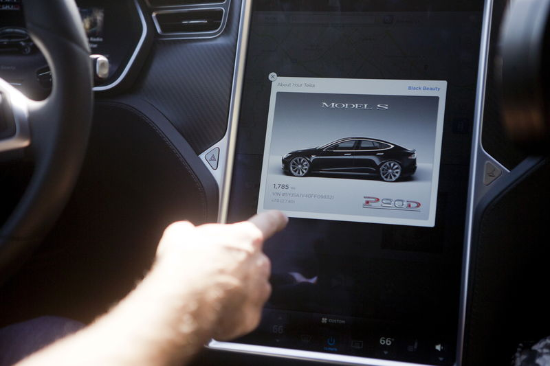 © Reuters. The Tesla Model S version 7.0 software update containing Autopilot features are demonstrated during a Tesla event in Palo Alto