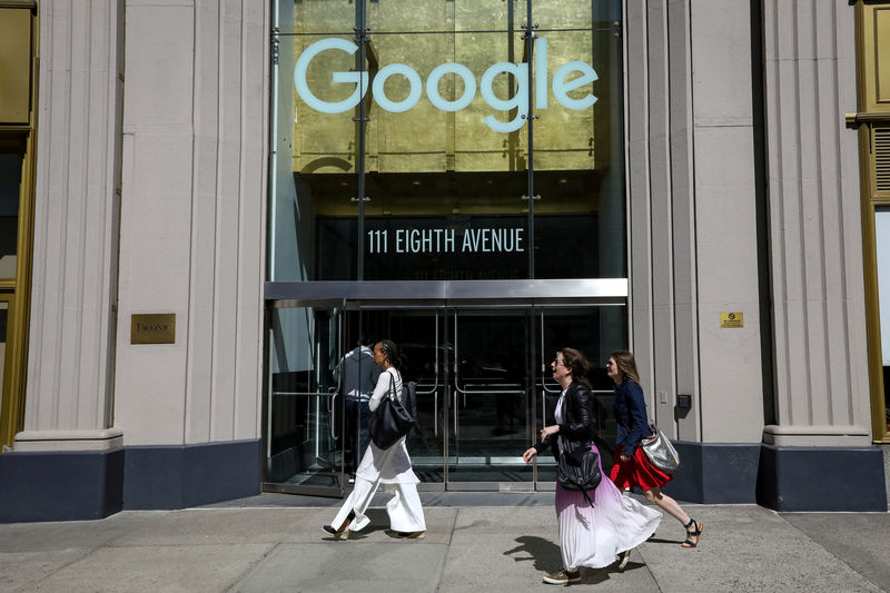 © Reuters. FILE PHOTO: People pass by an entrance to Google offices in New York