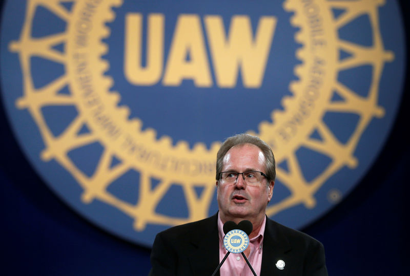 © Reuters. United Auto Workers (UAW) union President Gary Jones addresses UAW delegates at the 'Special Convention on Collective Bargaining' in Detroit