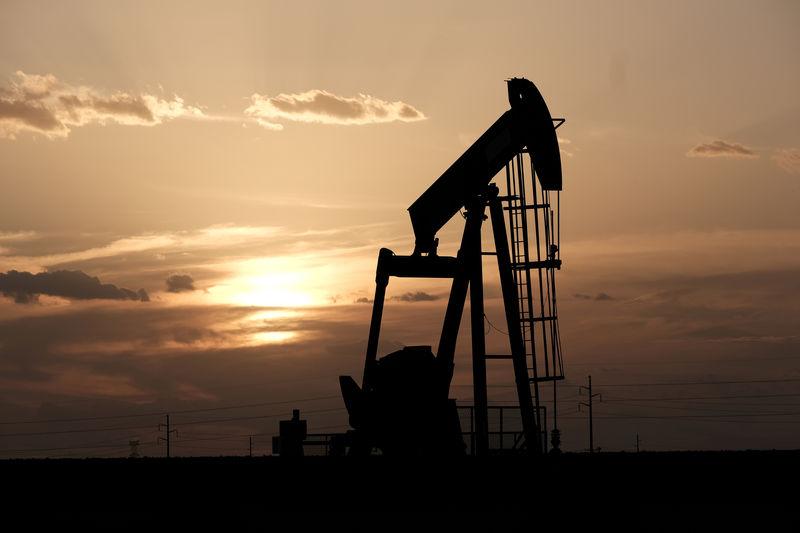 © Reuters. FILE PHOTO: Oil pump jacks work at sunset near Midland, Texas