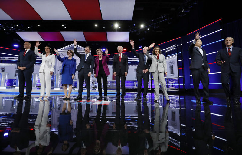 © Reuters. Democratic U.S. presidential candidates pose at the start of their fifth 2020 campaign debate at the Tyler Perry Studios in Atlanta, Georgia