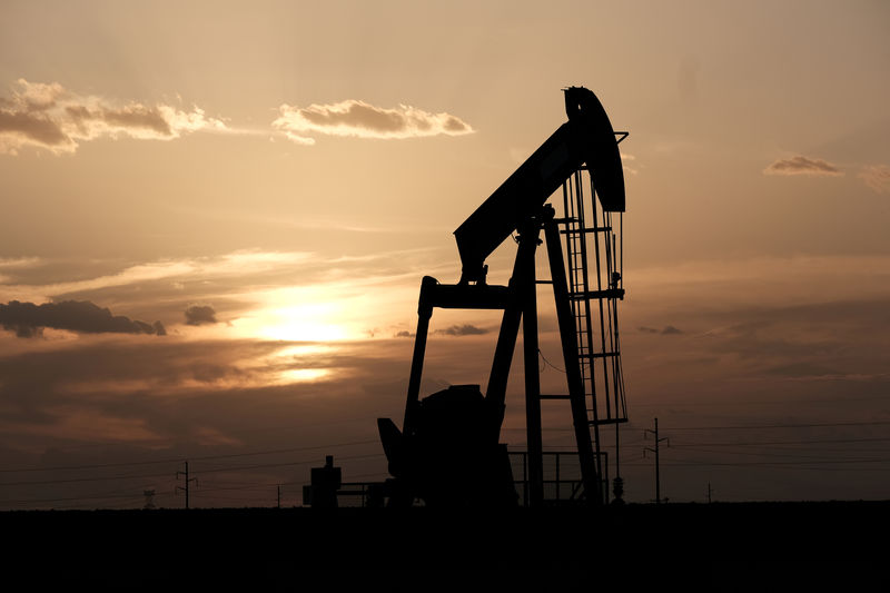 © Reuters. FILE PHOTO: Oil pump jacks work at sunset near Midland, Texas