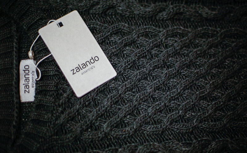 © Reuters. A Zalando label lies on an item of clothing in a showroom of the fashion retailer Zalando in Berlin