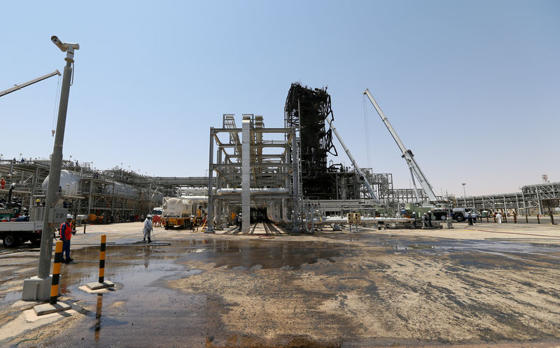 © Reuters. FILE PHOTO: Workers are seen at the damaged site of Saudi Aramco oil facility in Khurais