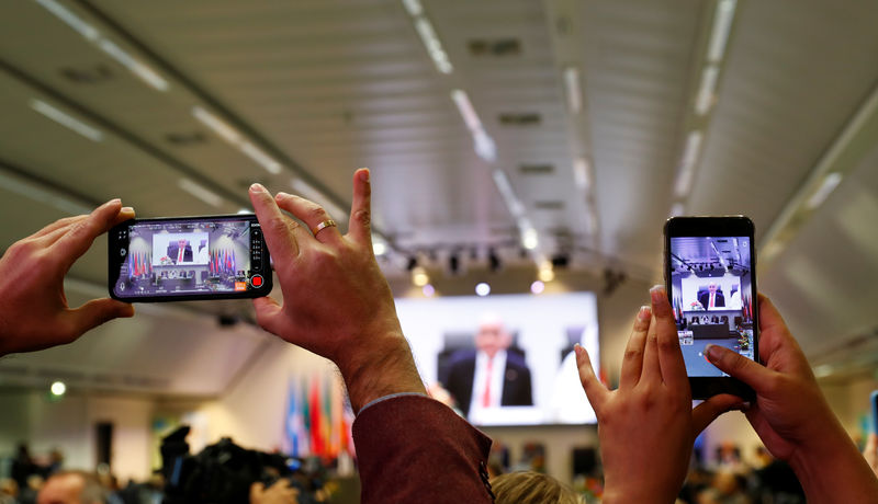 © Reuters. Journalists take pictures at the beginning of an OPEC and NON-OPEC meeting in Vienna