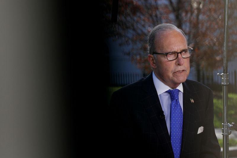 © Reuters. FOTO DE ARCHIVO: El director del Consejo Económico Nacional, Larry Kudlow, habla con los medios en la Casa Blanca en Washington.