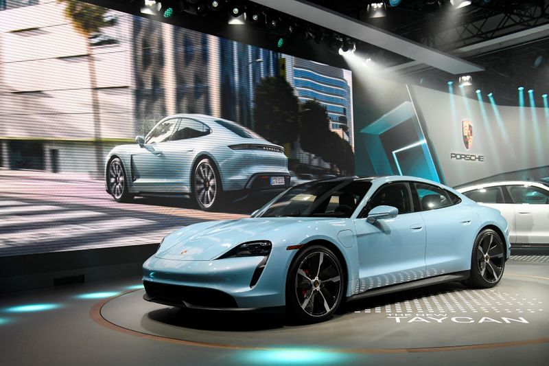 Porsche's electric Taycan draws interest from 30,000 buyers - Handelsb