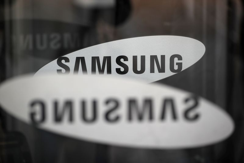 © Reuters. The logo of Samsung Electronics is seen at its office building in Seoul