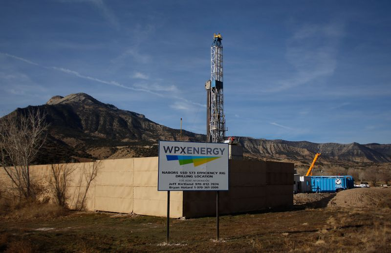 © Reuters. FILE PHOTO: A WPX Energy natural gas drilling rig in Parachute, Colorado
