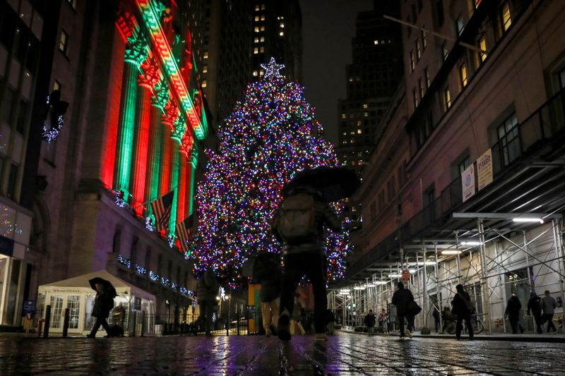 © Reuters. A Christmas tree is seen outside the NYSE in New York