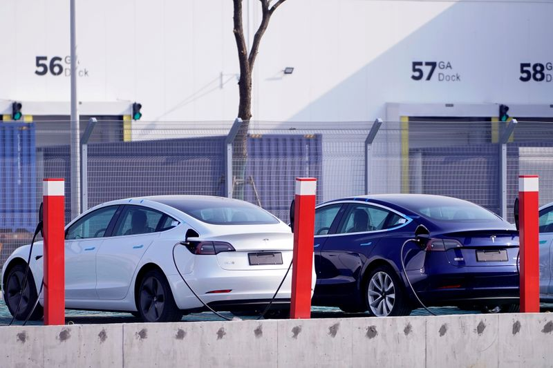 © Reuters. FILE PHOTO: China-made Tesla Model 3 electric vehicles are seen at the Gigafactory of electric carmaker Tesla Inc in Shanghai