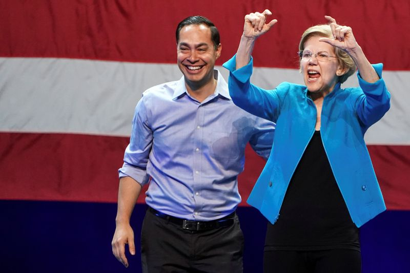 © Reuters. Democratic U.S. presidential candidate and Senator Elizabeth Warren gestures next to former Democratic U.S. presidential candidate Julian Castro during her campaign event at Brooklyn's Kings Theatre in New York