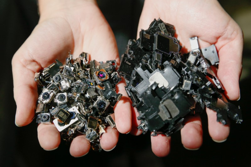 © Reuters. IPhone components at an Apple recycling facility in Austin