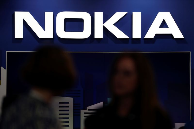 © Reuters. Visitors gather outside the Nokia booth at the Mobile World Congress in Barcelona