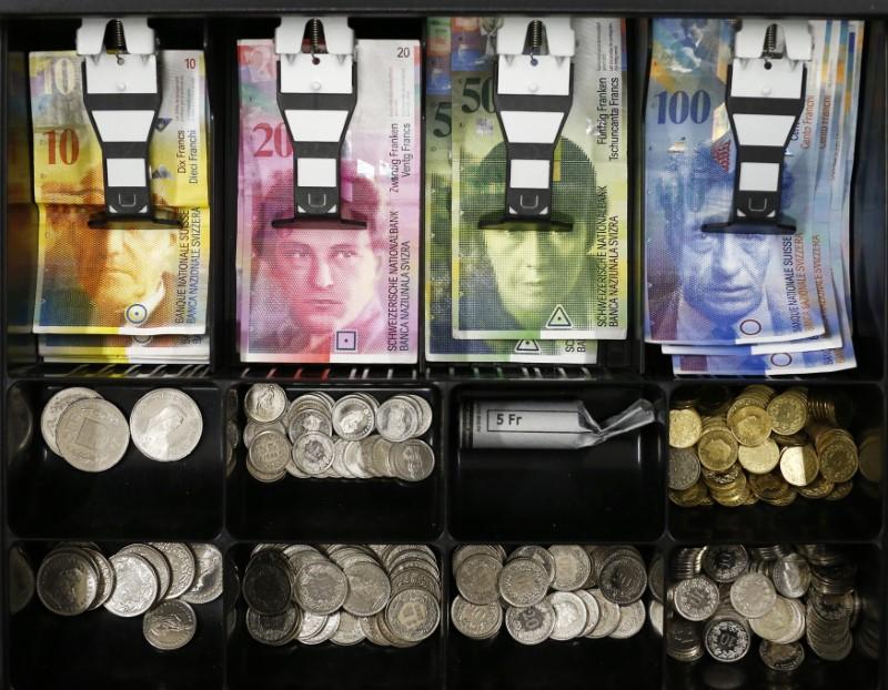 © Reuters. Las monedas del franco suizo se ven en un cajón de efectivo en esta ilustración de la imagen en Berna